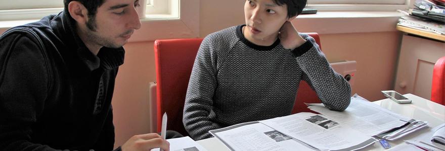 Deux étudiants d'ecole de commerce en train de travailler sur un dossier